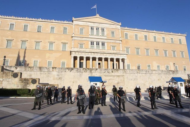 10 June 2020, Greece, Athens: Police officers stand guard outside the Greek parliament during the Greek state school teachers protest. Photo: Aristidis Vafeiadakis/ZUMA Wire/dpa
