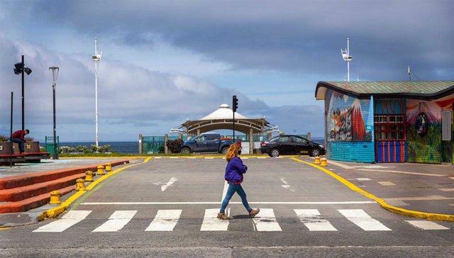 Una mujer pasea en Puerto Montt, en Chile, durante la pandemia de coronavirus.
