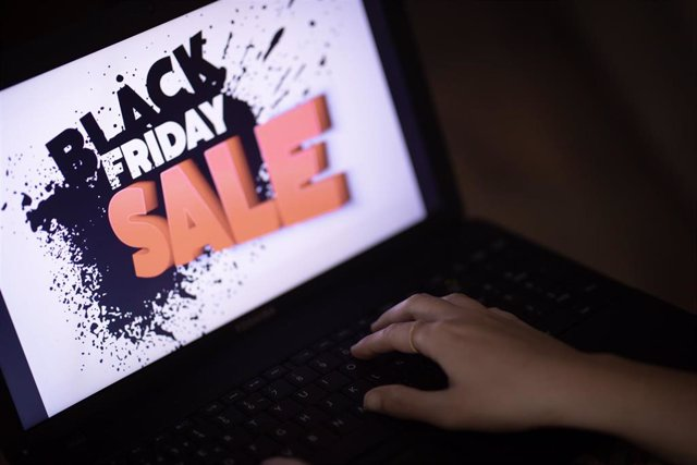 Cartel publicitario del Black Friday en ventas online. En Sevilla (Andalucía, España), a 20 de noviembre de 2020.