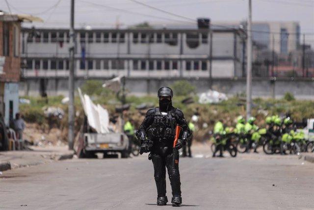 Un policía delante de la cárcel La Modelo, en Bogotá, tras un motín