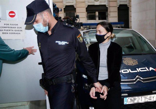 La acusada de matar al niño de Elda a su llegada a la Audiencia de Alicante