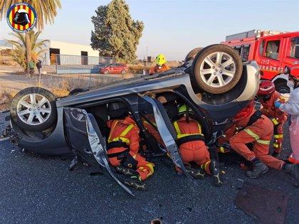 Dos heridos en un accidente entre un coche y un camión en Torrent