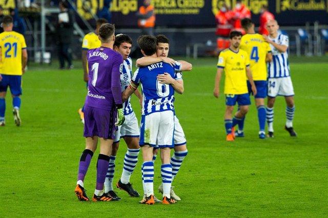 Los jugadores de la Real Sociedad celebran su victoria ante el Cádiz
