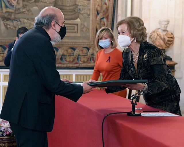 Zurita recoge el premio de manos de la reina Sofía.