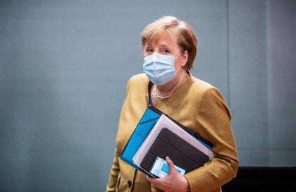 """Alemania relajará las restricciones vigentes por la COVID-19 en Navidad, aunque prevé que sea """"difícil"""""""