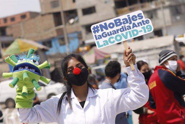 Una trabajadora sanitaria en una manifestación contra el manejo de la crisis sanitaria del COVID-19.