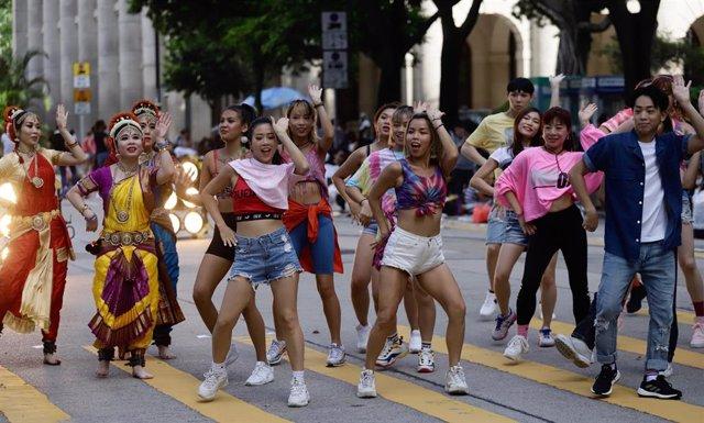 Hong Kong centra el nuevo brote de contagios por COVID-19 en varias academias de baile de la ciudad.