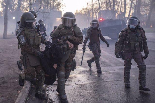 Carabineros de Chile detienen a un manifestante durante una de las últimas protestas celebradas en Santiago, Chile.