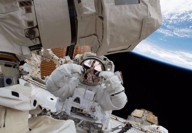 Astronauta durante una caminata espacial