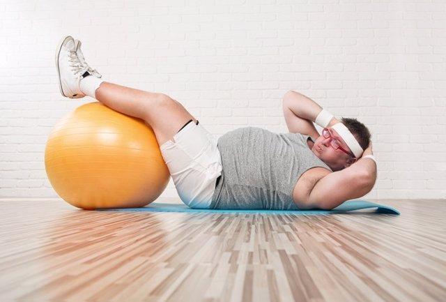 Hombre con soprepeso haciendo ejercicio.
