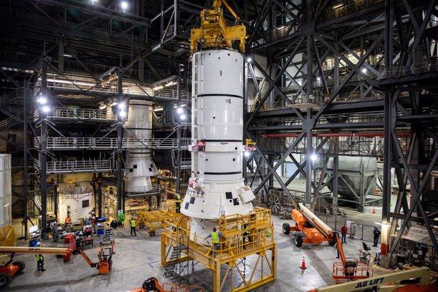 Los propulsores de cohete sólidos son los primeros componentes del cohete SLS que se apilan y ayudarán a soportar las piezas restantes del cohete y la nave espacial Orion.
