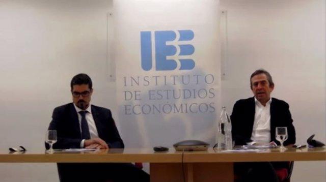 El presidente del IEE, Íñigo Fernández de Mesa, y el director de Estrategia del servicio de FI Group, Víctor  Cruz.