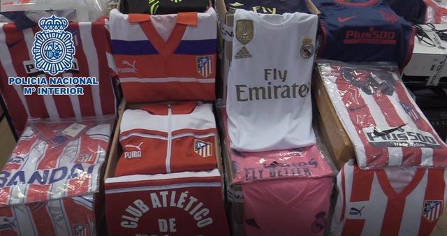 Imágenes de las camisetas falsificadas de la banda desarticulada en Toledo