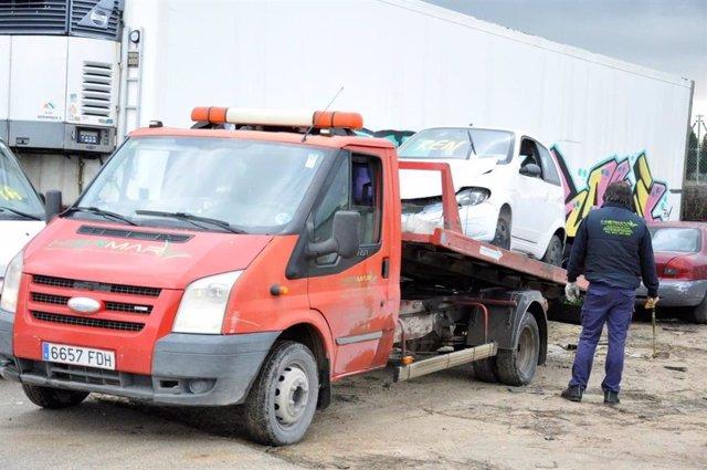 Un coche es retirado por la empresa de descontaminación y desguace de vehículos.