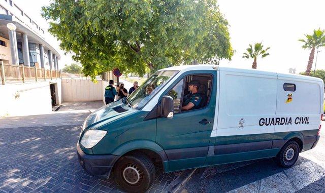 Agentes de la Guardia Civil  llegan a los Juzgados de Benidorm trasladando desde el cuartel de Altea a los cinco jóvenes de entre 18 y 19 años conocidos como 'la manada de Benidorm' y detenidos el día anterior como presuntos autores de una agresión sexual