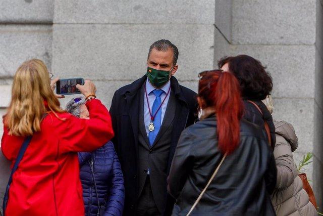 El secretario general de Vox, Javier Ortega Smith, es fotografiado durante un acto en la puerta principal del templo Santa María la Real de la Almudena tras la celebración de una misa en honor a la patrona, en Madrid, (España), a 9 de noviembre de 2020. A