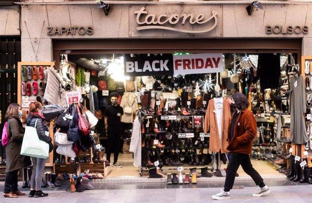 Cartel de descuentos por el 'Black Friday' en un comercio de Madrid