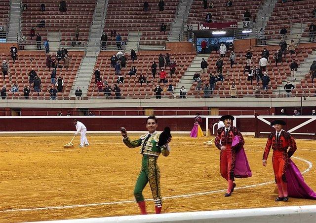 El torero madrileño Gómez del Pilar pasea una oreja en la plaza de toros de La Ribera en Logroño