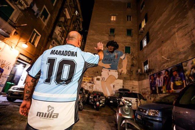 Un aficionado del Nápoles despide a Maradona