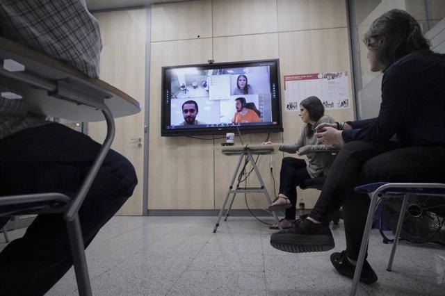 Tres alumnos reciben una clase en la Academia de Inglés American Language Academy en Madrid