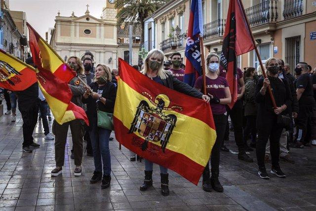 Manifestantes exhiben banderas franquistas en una marcha convocada por España 2000 en València el 12 de octubre de 2020.