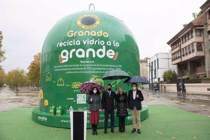 Instalan el contenedor más grande del mundo, de ocho metros de altura, en el Paseo del Salón de Granada