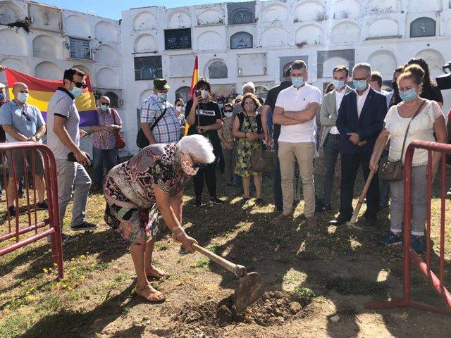Una vecina de Jimena cava en el cementerio donde se pueden ubicar restos de familiares asesinados en los años 30 y 40
