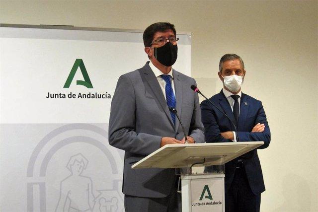El vicepresidente de la Junta de Andalucía y consejero de Turismo, Regeneración, Justicia y Administración Local, Juan Marín, y el consejero de Hacienda y Financiación Europea, Juan Bravo, durante la rueda de prensa