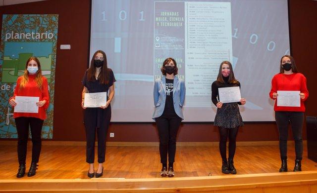 Patricia Alegría (accésit en máster), Ana Ruiz (primer premio máster), Gurutze Pérez (directora de la Cátedra de Mujer, Ciencia y Tecnología), Leire Ayllón (primer premio en grado) y Andrea Vizcay (accésit en grado).