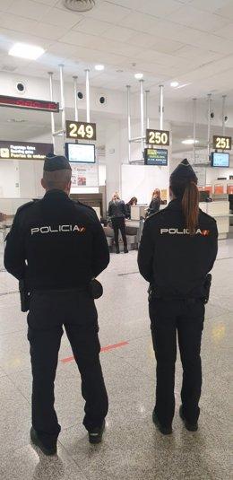 Agentes de la Policía Nacional en el aeropuerto de Málaga.