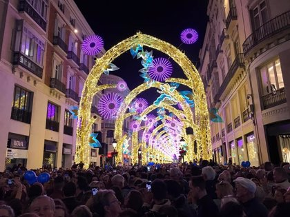 Málaga ilumina sus calles con el alumbrado navideño para apoyar la reactivación de comercios y hostelería