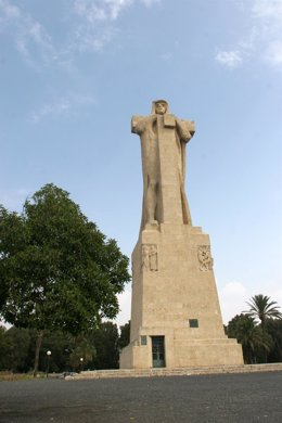 Vista del Monumento a Colón en Huelva