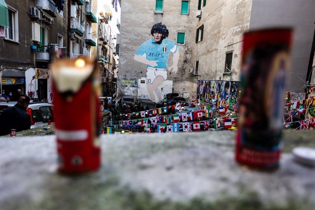 26 November 2020, Italy, Naples: Fans light candles near a mural depicting the Argentinian legend Diego Maradona in Naples. Argentina football great Diego Maradona has died at the age of 60, the Argentinian Football Association said on Wednesday. Photo: A