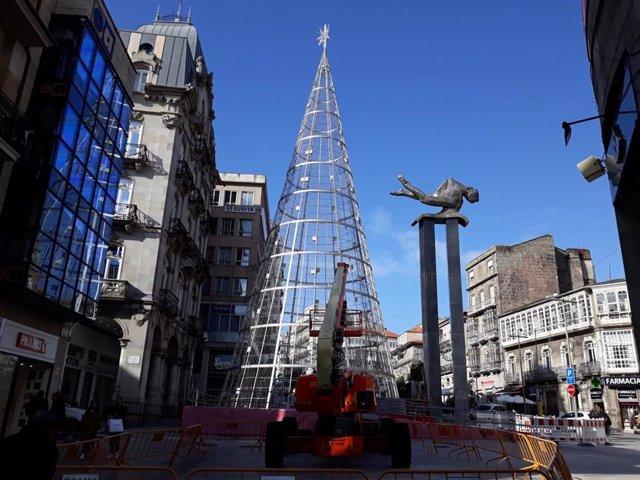 Montaje del árbol de Navidad en la Porta do Sol en Vigo.