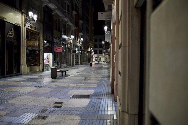 Calle San Francisco de Santander la segunda noche de toque de queda en Cantabria. Archivo