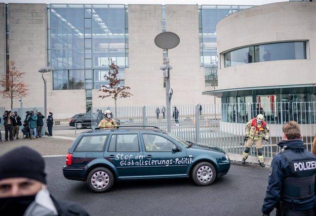 El vehículo que se estrelló contra la puerta de la Cancillería alemana.