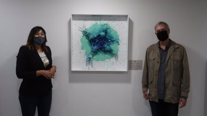 Indra y el artista Sol Courrèges Boné donan al Govern una obra elaborada con plásticos recogidos por voluntarios