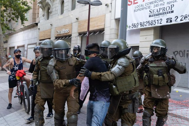 23 November 2020, Chile, Santiago: Police officers detain a protester during a demonstration against the government of Chilean President Sebastian Pinera. Photo: Matias Basualdo/ZUMA Wire/dpa