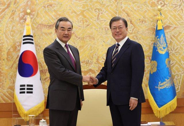 El presidente surcoreano, Moon Jae In, con el ministro de Exteriores chino, Wang Yi.