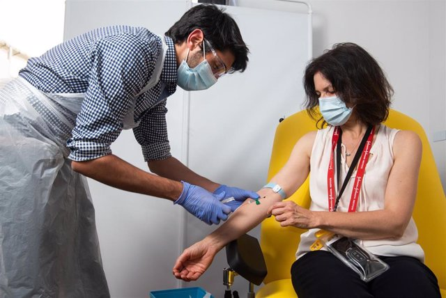 HANDOUT - 23 November 2020, England, Oxford: A health worker injecting a volunteer with the coronavirus vaccine developed by AstraZeneca and Oxford University.