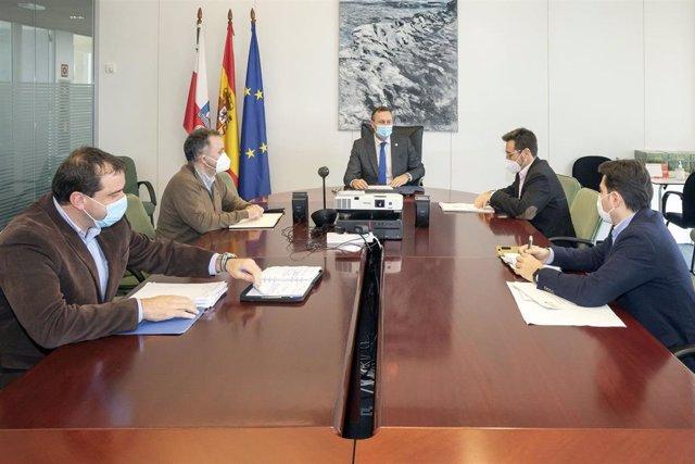 El consejero de Desarrollo Rural, Ganadería, Pesca, Alimentación y Medio Ambiente, Guillermo Blanco, y el presidente de la Mancomunidad de Municipios Sostenibles, Javier Incera (segundo por la derecha), entre otros