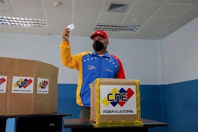 El primer vicepresidente del Partido Socialista Unificado de Venezuela (PSUV), Diosdado Cabello, votando durante un simulacro electoral