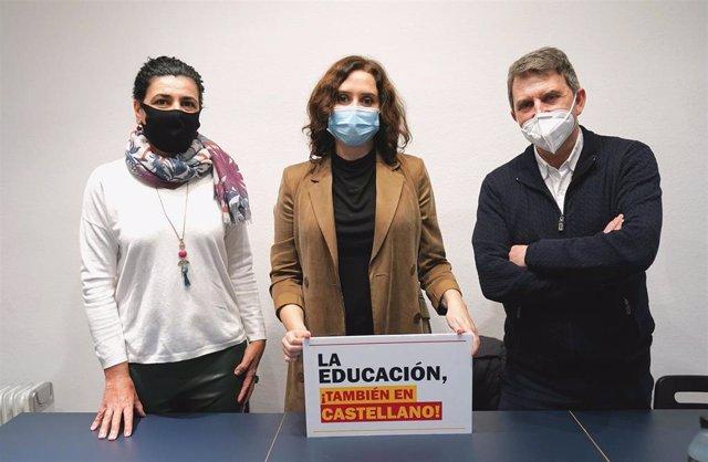 La presidenta de la Comunidad de Madrid, Isabel Díaz Ayuso, durante su visita en Barcelona a la Asamblea  por una Escuela Bilingüe.