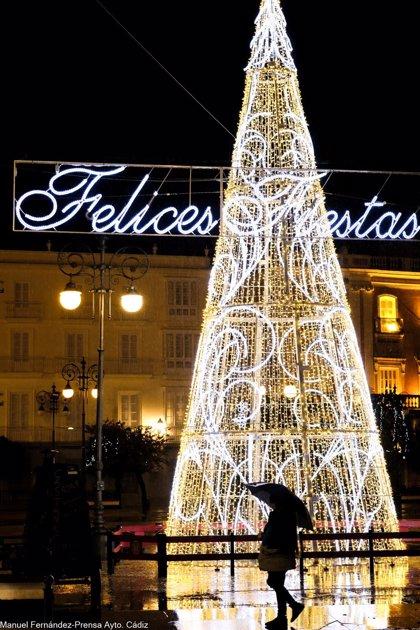 Inaugurado el alumbrado extraordinario de Navidad en Cádiz, la primera capital de Andalucía en hacerlo