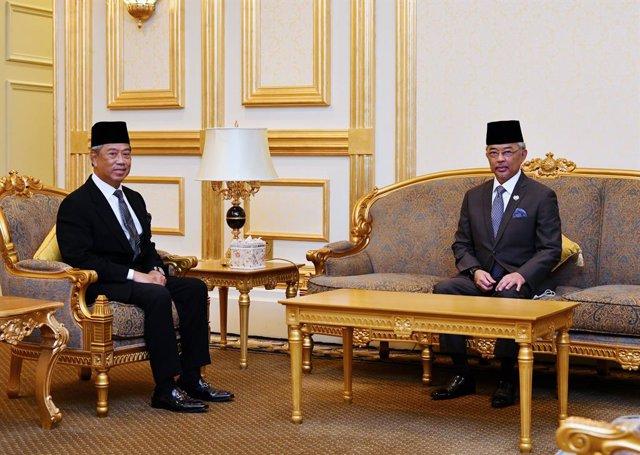 El primer ministro de Malasia, Muhyidin Yasin, se reúne con el rey Abdulá, situado a la derecha de la imagen