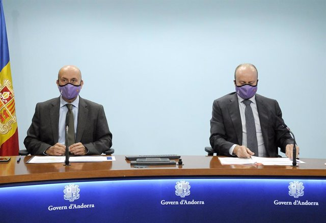 Els ministres de Salut, Joan Martínez Benazet, i de Justícia i Interior, Josep Maria Rossell, en una roda de premsa.