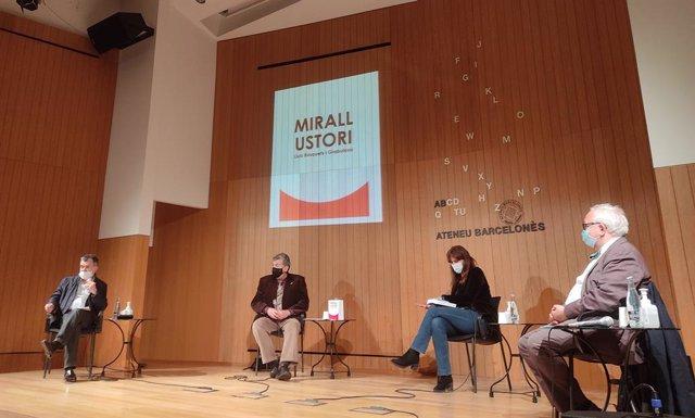 Carles Llorens (Ateneu Barcelonès), l'escriptor Lluís Busquets i Grabulosa, la diputada Laura Borràs i el poeta Carles Duarte presenten el dietari de Busquets (Mirall Ustori) en l'Ateneu el 26/11/20