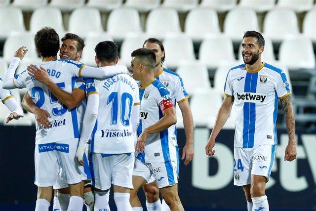 Borja Bastón celebra con sus compañeros el 1-0 del Leganés ante el Espanyol
