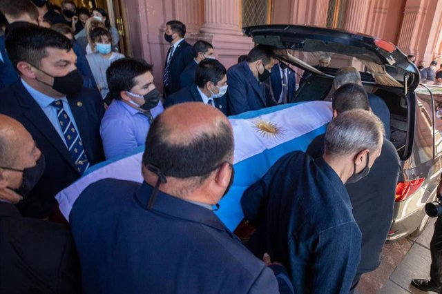 26 November 2020, Argentina, Buenos Aires: The coffin of late Argentinian legend Diego Maradona is taken to a hearse after thousands of people have bid farewell in the seat of government. Photo: Prensa Presidencia/telam/dpa