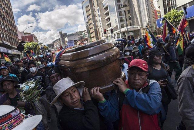Un grupo de personas acarrea con el féretro de una de las víctimas dejada por la represión de las Fuerzas Armadas y la Policía de Bolivia en las manifestaciones en apoyo del expresidente Evo Morales en Senkata, La Paz.